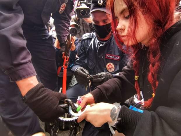 Хайпожорство «АгитРоссии» в Петербурге: девушка приковала себя наручниками к столбу