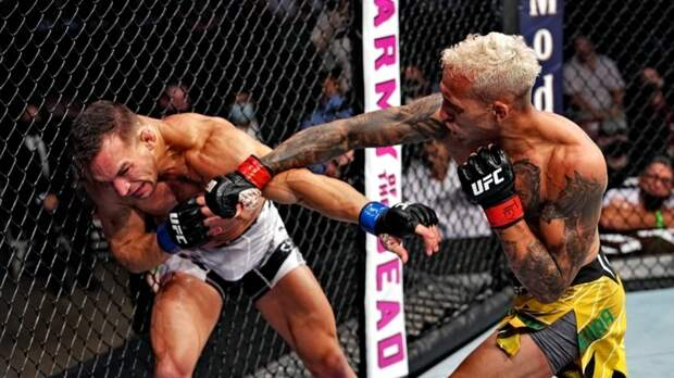 Молниеносная атака: как Оливейра нокаутировал Чендлера и завладел поясом Нурмагомедова в лёгком весе UFC