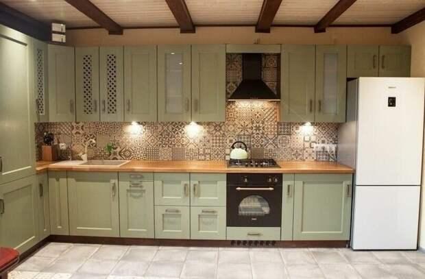 Самодельная кухня - все подогнано под размеры помещения, идеально вписалась встроенная техника и холодильник - выглядит вполне достойно