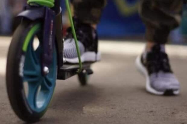 В Петербурге девушка на электросамокате сбила ребенка и скрылась
