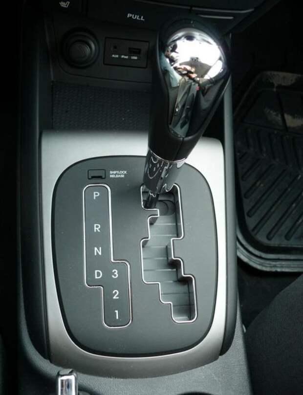 Ручка переключения автоматической коробки передач.