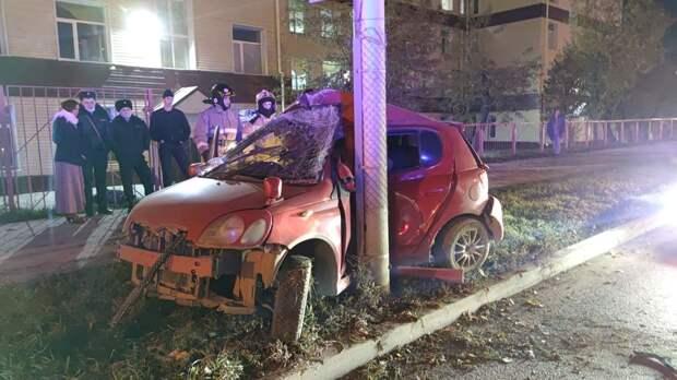 На Большевистской «Тойота» врезалась в столб — водителя зажало в машине
