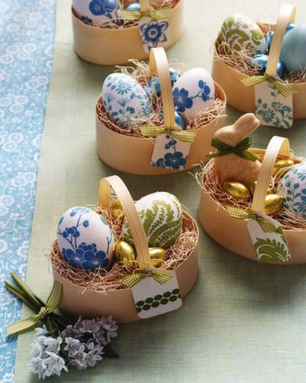 маленькие корзинки с крашеными яйцами