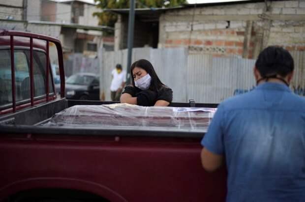 6 страшных фото из Эквадора, где не успевают хоронить умерших от коронавируса
