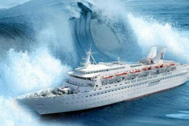 Пассажиры сняли как круизный лайнер идет через 9-балльный шторм