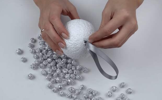 Очень необычная идея соединения фольги и шара из пенопласта