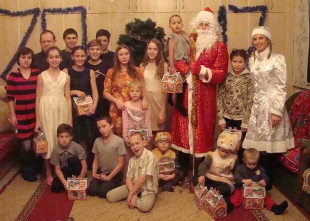 Дед Мороз держит новенького члена семьи. Фото: страница соцсети героини публикации.