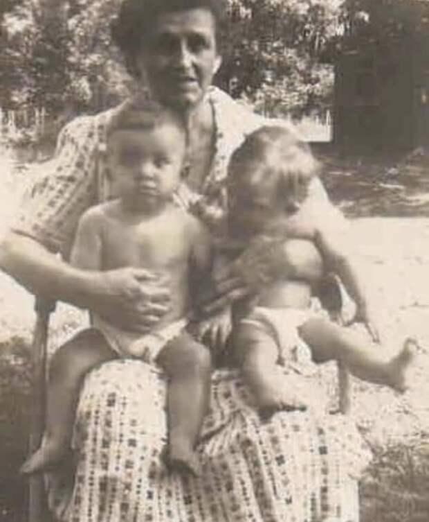 Неправильные близнецы Джудит и Джойс Скотт: история сестринской любви Длиннопост, Синдром дауна, Близнецы, Семья, Современное искусство