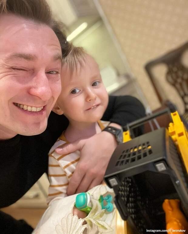 Сергей Безруков привел сына в свой театр (видео)