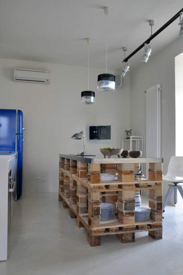 Разместив столик из поддонов на кухне вы получаете возможность наслаждаться красивой и практичной вещью.