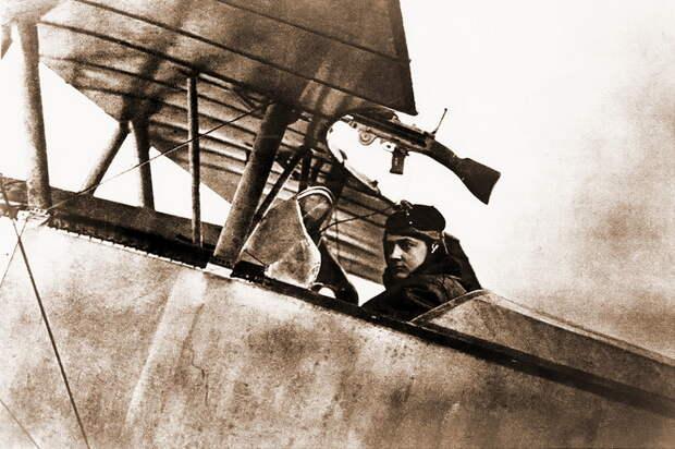 Гинемер в кабине одноместного «Ньюпора»-10 (скорее всего, серийный N320), зима 1915–1916 гг. Пулемётная установка уже позволяла опускать оружие для перезарядки - Самый известный «Аист» | Военно-исторический портал Warspot.ru
