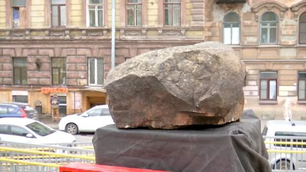 Камень с места аварии Виктора Цоя установили в Любанском переулке Петербурга. ФАН-ТВ