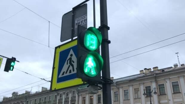 Светофор рухнул на легковушку в районе Ладожского вокзала в Петербурге