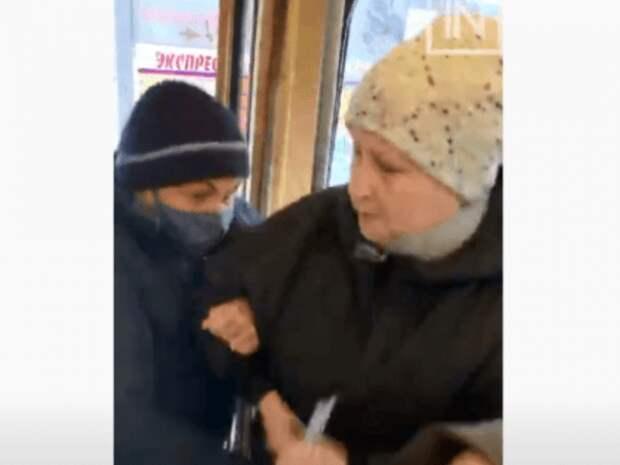 В Екатеринбурге пассажиры вытолкали из трамвая пенсионерку без маски