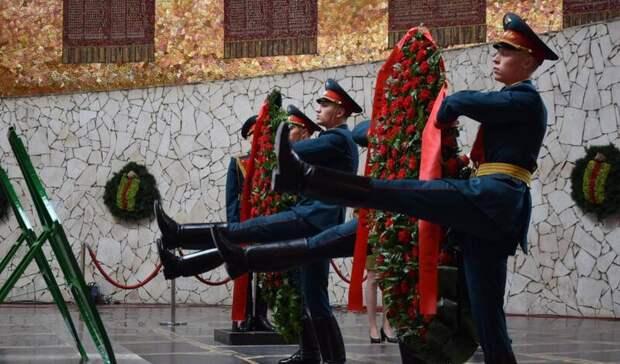 Губернатор и силовики почтили память героев ВОВ на Мамаевом кургане