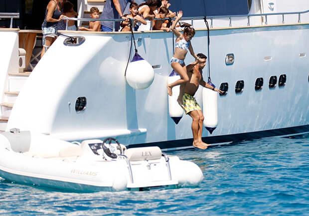 Романтика на яхте: Лионель Месси отдыхает с женой Антонеллой Рокуццо и детьми у берегов Ибицы