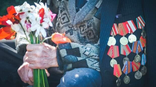 Военнослужащие ЮВО поздравили с Днем Победы ветерана Великой Отечественной войны