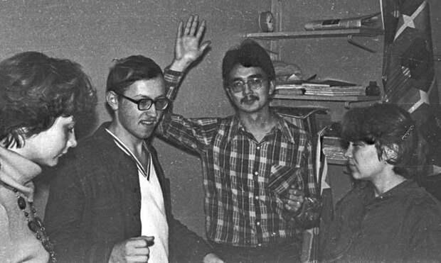 11. В общежитиях сборы тоже не проходили без танцев  СССР, дискотеки, лихие 90-е, танцы ссср, фото