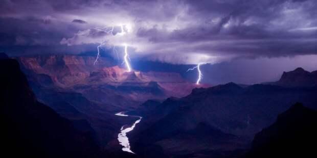 Молния ударяет по Большому Каньону, США.Фотограф: Колин Силлеруд
