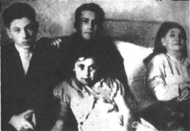 8 дети Сталина с его матерью.jpg