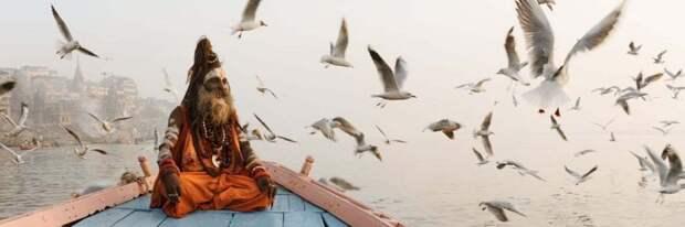 Садху (святой человек) на лодке в Варанаси, Индия. Фотография: Джейсон Деннинг.