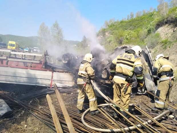 В числе погибших в сгоревшем авто на трассе в ВКО оказалось двое детей