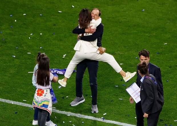 Жена главного тренера «Челси» Тухеля бросилась в его объятия после победы в финале ЛЧ: фото и видео