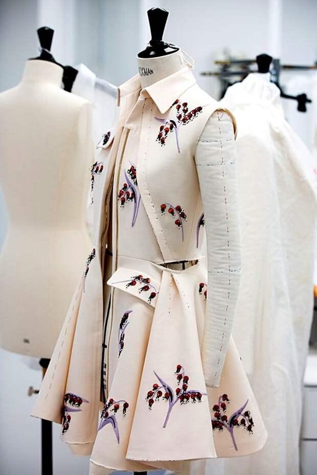 как работают дизайнеры одежды и модельеры в модных домах