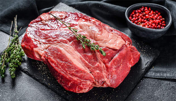 Подвешиваем мясо в холодильнике и через 4 дня получаем настоящую бастурму