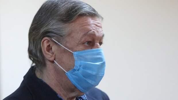 Осужденный Ефремов научился в колонии шить антиковидные костюмы для медиков