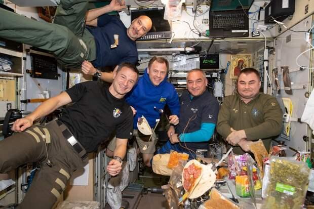 Обед на борту МКС.