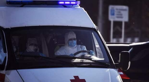 В Омске скорая привезла пациентов с COVID-19 к зданию Минздрава