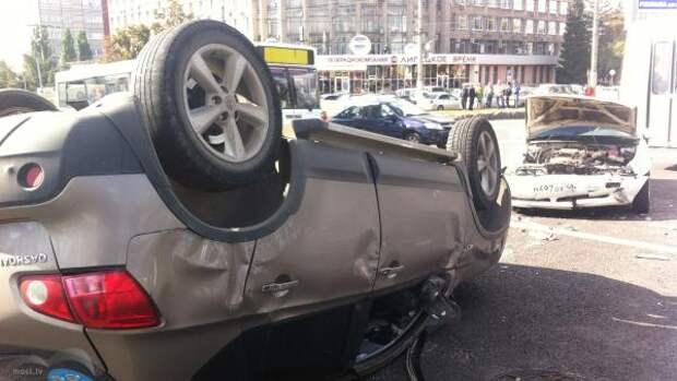 ДТП в Липецке с перевернутой иномаркой попало на видео