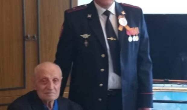 Оренбургские росгвардейцы поздравили ветерана Великой Отечественной свековым юбилеем