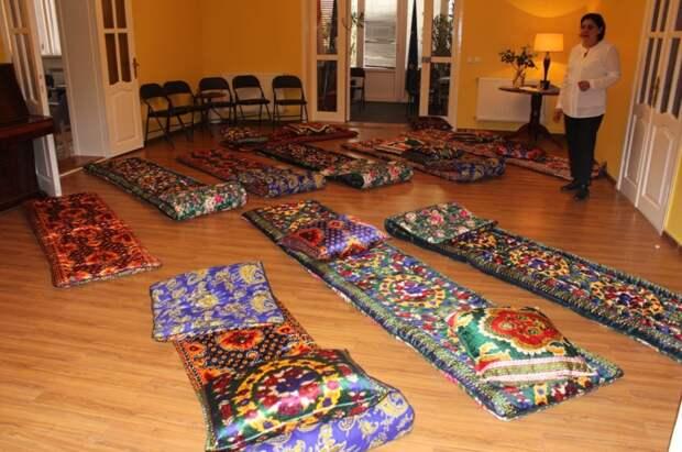 Почему для узбеков принимать пищу руками сидя на полу и спать там же считается нормой
