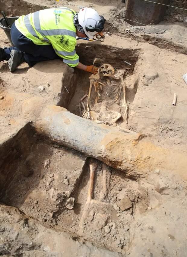 При расширении трамвайной линии вЭдинбурге обнаружили 700-летние человеческие скелеты