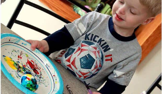 мальчик с тарелкой