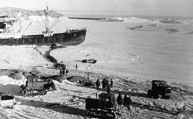 "Тракторы ""Сталинец"" С-80. Антарктида, 1956 год"