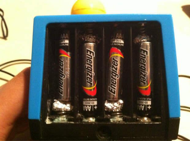 Используйте фольгу, чтобы увеличить размер батареек.