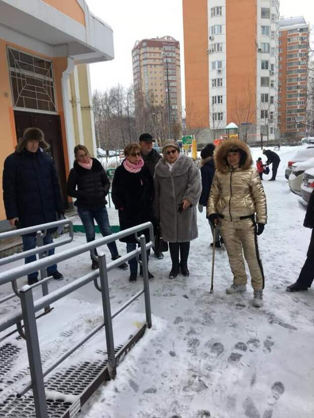 Оксана Молодецкая пообщалась с жителями на субботнем обходе территории