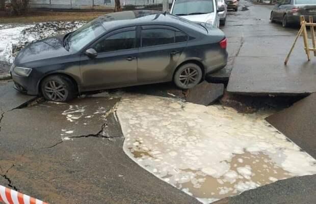 Из-за аварии на водопроводе на улице Удмуртской в Ижевске обвалился асфальт