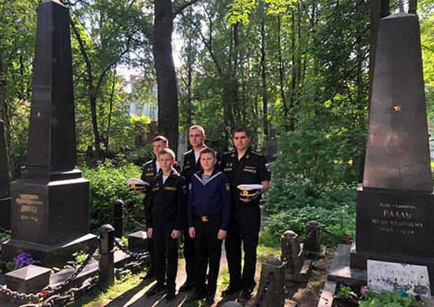 Представители структурных подразделений Главного командования ВМФ привели в порядок воинские захоронения в Санкт-Петербурге