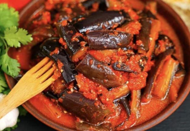 Баклажаны разбирают быстрее мяса: обжариваем ломтиками и заливаем острым соусом