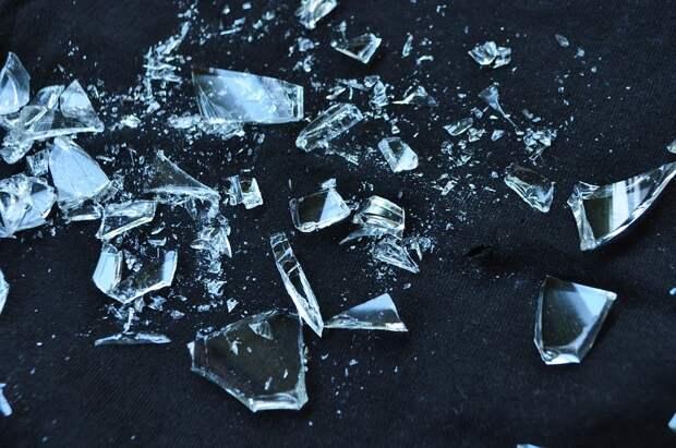 Битое стекло в подъезде на 1-й Вольской убрали