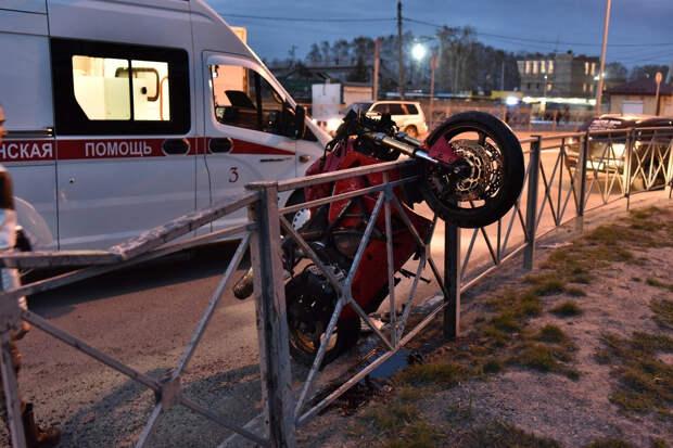 Под Новосибирском мотоциклист на скорости врезался в иномарку