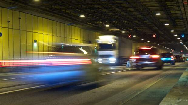 Автомобиль каршеринга перевернулся на пустой дороге в Москве