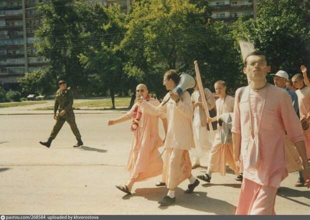 Тюменское общество Сознания Кришны. Во время визита Прабхавишну Свами, Харинамы, в городе даже перекрывали движение по ул. Республики. история, факты, фото