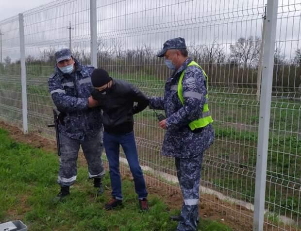 В Крыму с охраняемого забора сняли двух нарушителей
