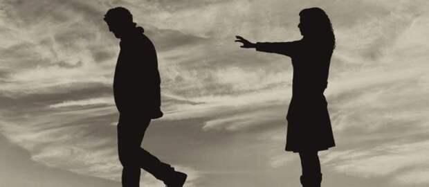 девушка тянется рукой к парню, который от нее уходит