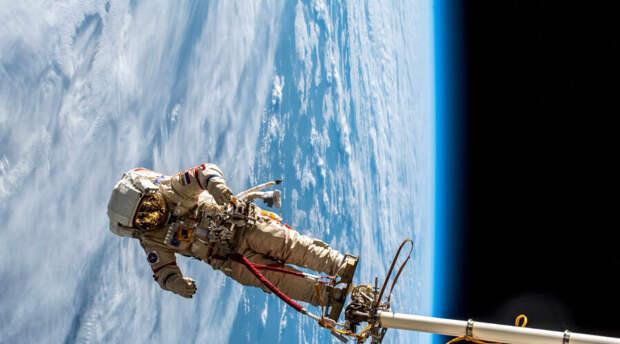 НАСА: Астронавты вышли в открытый космос для установки солнечной батареи